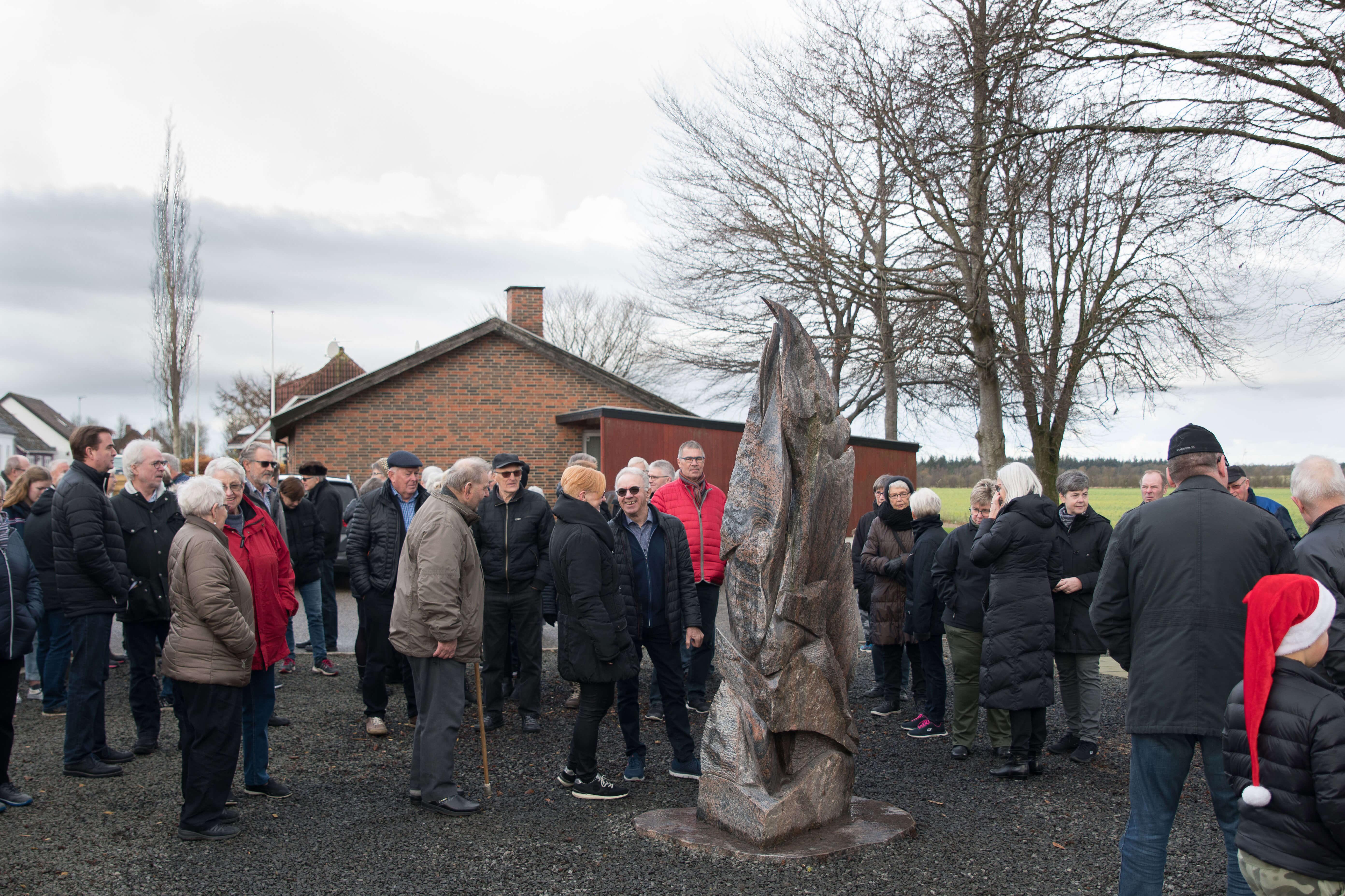 Forrygende fremmøde til skulpturafsløring i Lyne